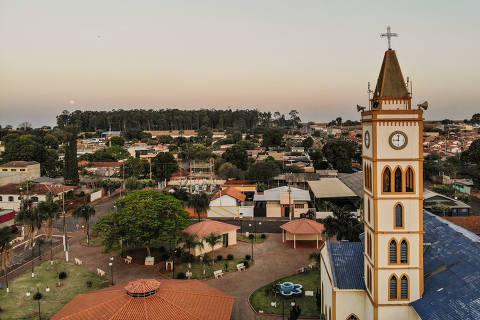 FLORÍNEA/ SÃO PAULO/ BRASIL - 02/09/20 - :00h - RAIO X SOBRE A COVID NAS REGIÃO SUDESTE E NORDESTE DO BRASIL. Vista aérea da cidade de Florínea (SP).  ( Foto: Karime Xavier / Folhapress) . ***EXCLUSIVO***Especial - O Brasil das várias pandemias  #PraCegoVer Vista aérea da cidade com torre de igreja em primeiro plano.