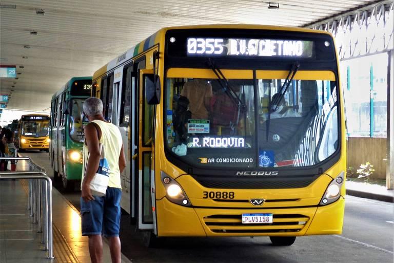 ônibus em um terminal