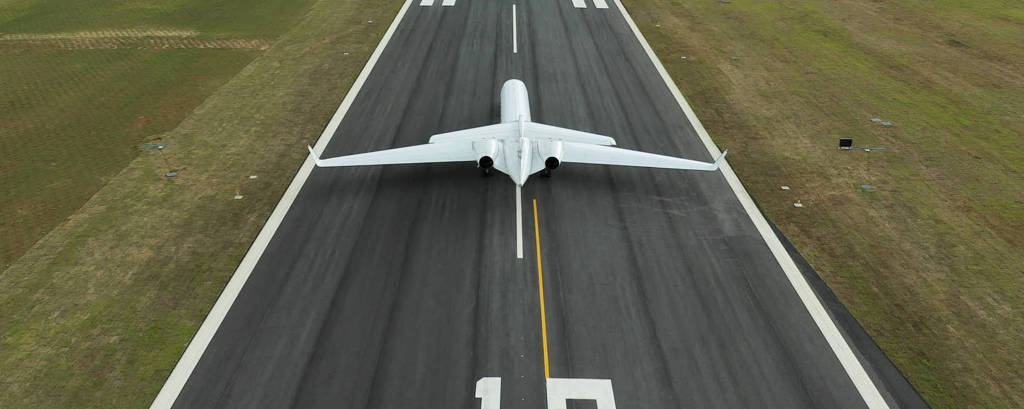 Aeronave em pista de aeroporto executivo do grupo JHSF em São Roque