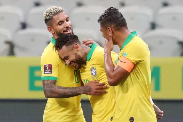 Douglas Luiz, que fez sua estreia como titular, abraça Neymar e comemora com Casemiro