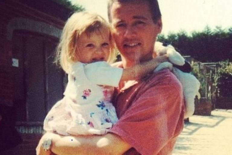 Hayley com o pai, Kevin, na infância
