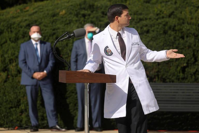 O médico da Casa Branca, Sean Conley, durante entrevista coletiva em frente ao hospital militar Walter Reed, em Maryland