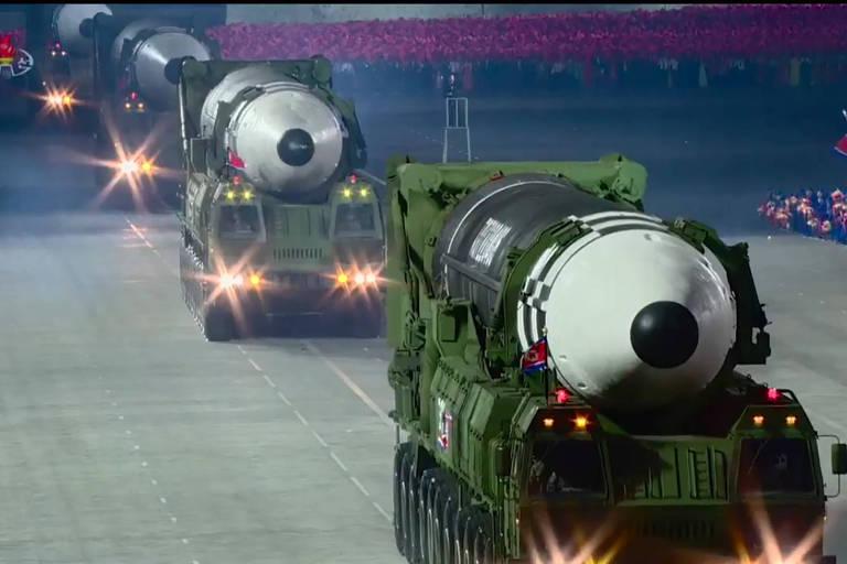 A reprodução de imagens transmitidas pelo canal de TV norte-coreano mostra mísseis durante um desfile militar no país