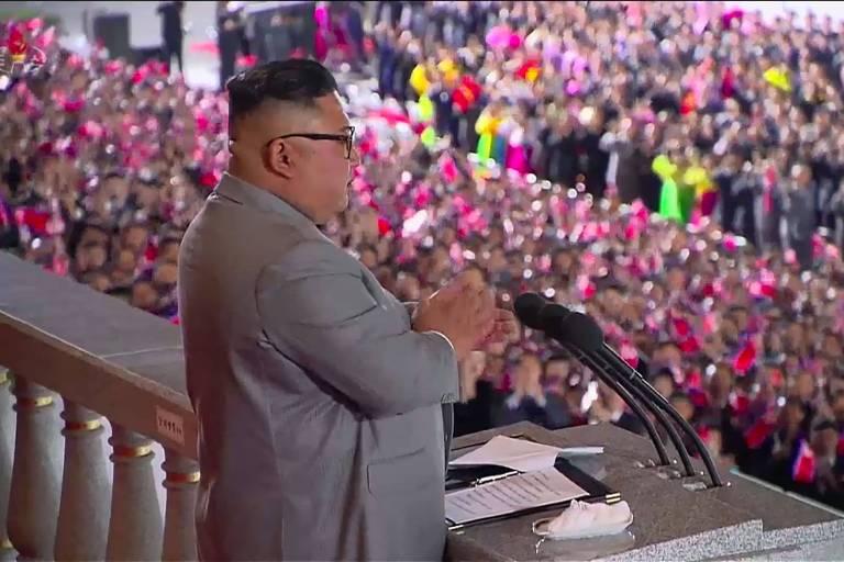 Reprodução de imagem da rede estatal de TV norte-coreana mostra Kim Jong-un em discurso durante desfile militar