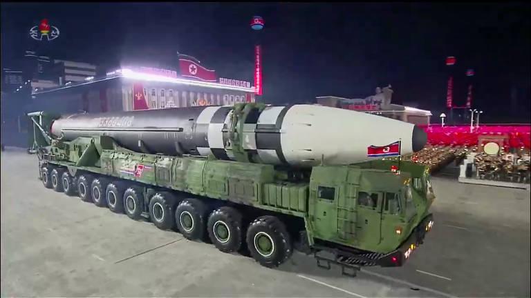 Imagem de TV norte-coreana mostra míssil com capacidade nuclear do regime de Kim Jong-un