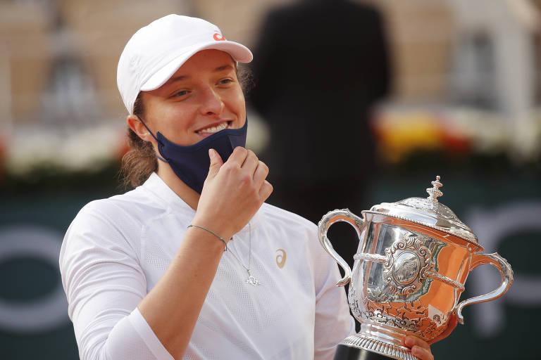 Iga Swiatek com o troféu de campeã de Roland Garros