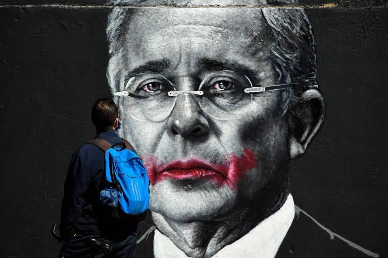 Mural com imagem do ex-presidente colombiano Álvaro Uribe em rua de Bogotá