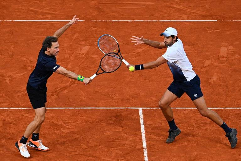 Bruno Soares (à esq.) e Mate Pavic durante a final de Roland Garros
