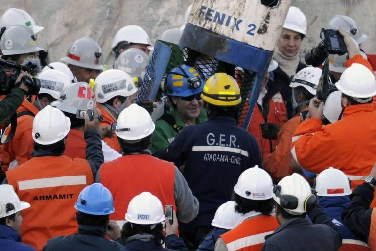 O mineiro Franklin Lobos deixa a cápsula após ser resgatado da mina São José