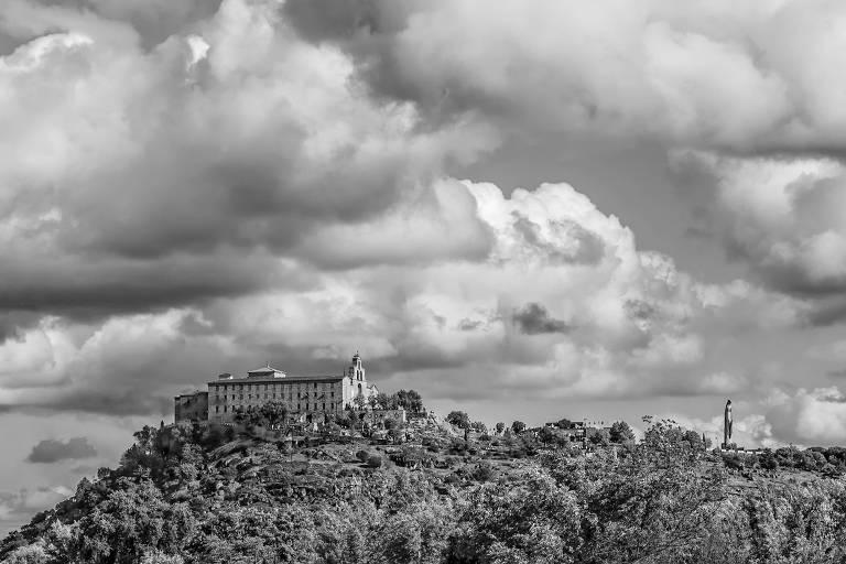 """Imagem do livro """"21 Nossas Senhoras que Inspiram o Brasil""""; igreja em colina"""