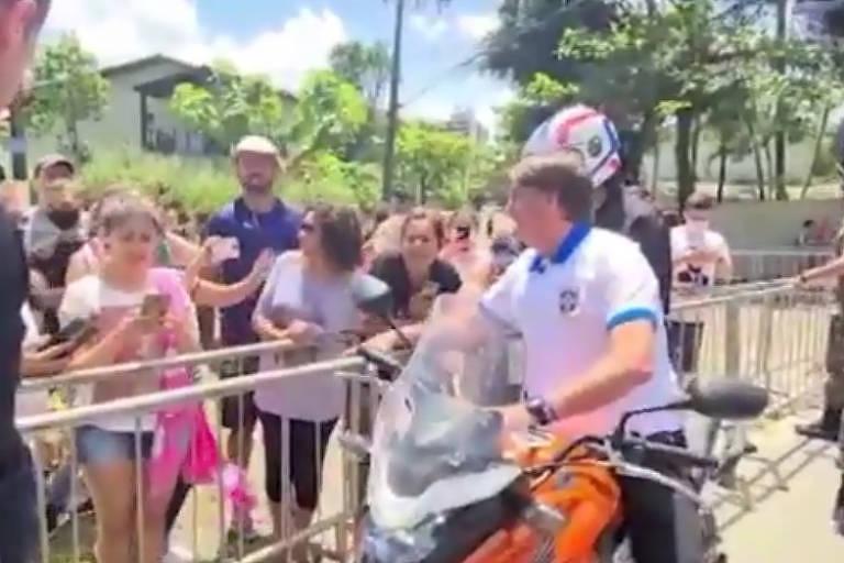 Bolsonaro passeia de moto e, sem máscara, cumprimenta apoiadores em Guarujá, no litoral paulista, neste sábado (10)