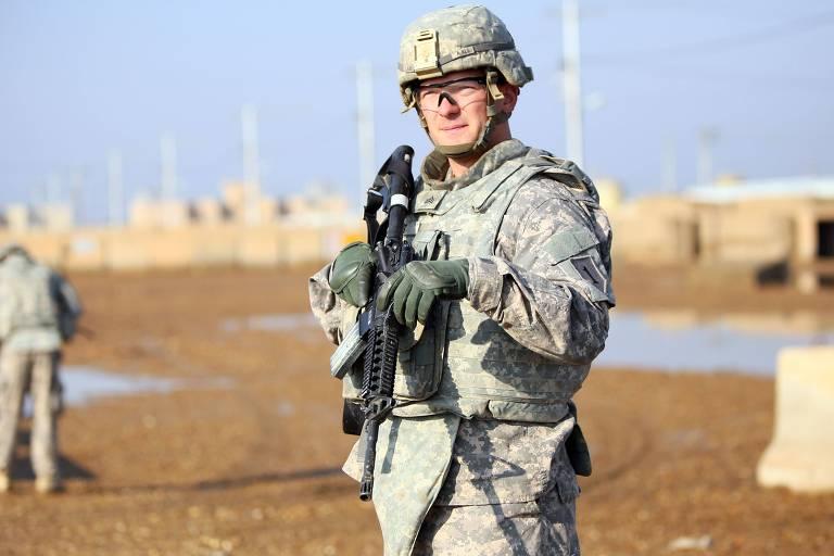 Soldado americano faz guarda em base militar em Taji, onde ficam estacionadas tropas americanas e iraquianas, a cerca de 30 km de Bagdá