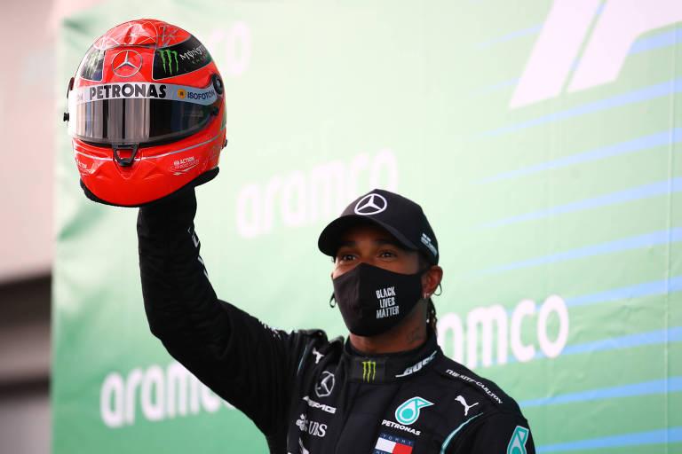 Lewis Hamilton com o capacete que recebeu do filho de Michael Schumacher, Mick, em homenagem após igualar o recorde do alemão heptacampeão da F-1