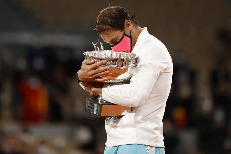 Rafael Nadal com seu 13º troféu de Roland Garros, o 20º de Grand Slams