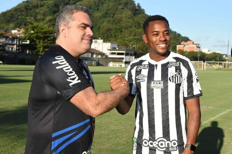 O presidente do Santos, Orlando Rollo, cumprimenta Robinho ao anunciar sua contratação