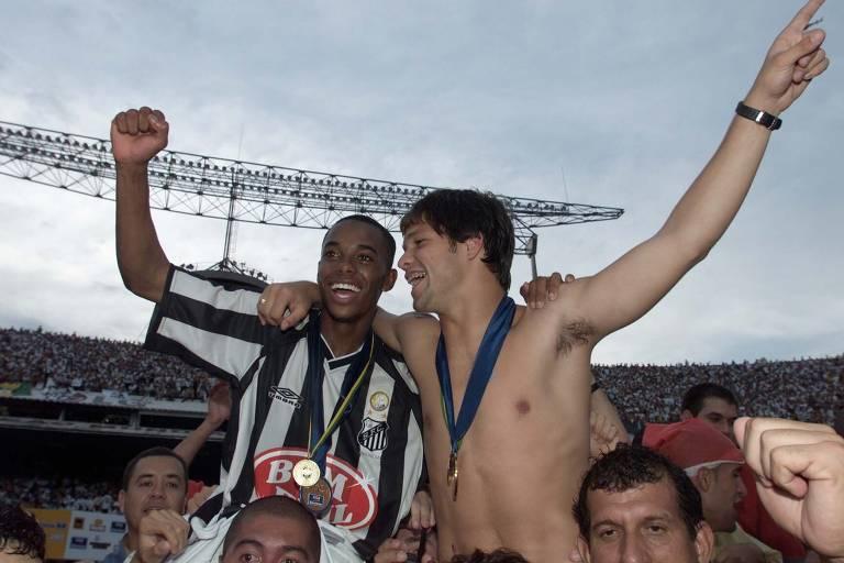 Robinho surgiu como promessa no Santos em 2002. Ao lado de Diego, hoje no Flamengo, liderou a conquista do título brasileiro de um time desacreditado. Na final, contra o Corinthians, foi o craque da partida: marcou gol, deu assistência e eternizou o lance das pedaladas. Conquistou, também com destaque, o Brasileiro de 2004 nessa primeira passagem pelo Santos