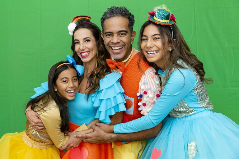 A atriz Tania Khalill, o músico Jair Oliveira e as filhas do casal, Laura (à esq.) e Isabela