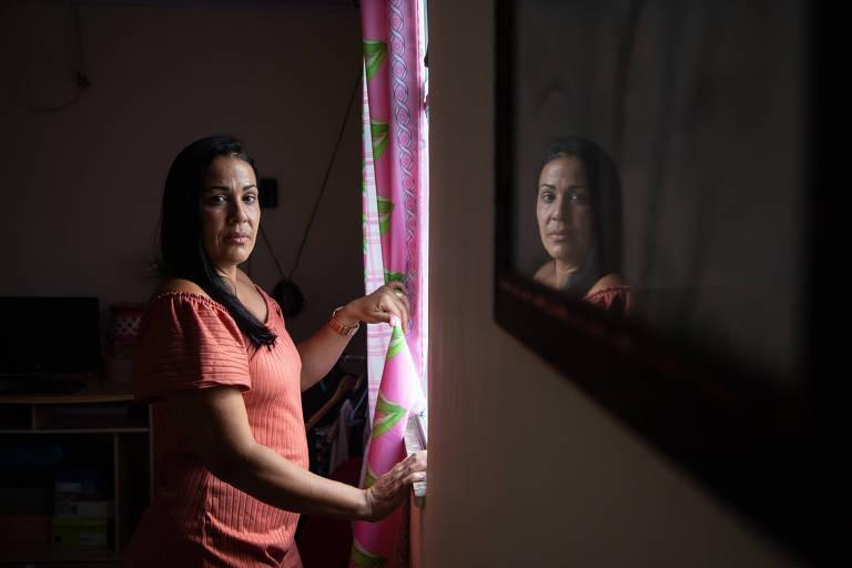 A empregada doméstica Barbara Cristina, 40, em sua casa no Rio; com a pandemia, ela perdeu três trabalhos