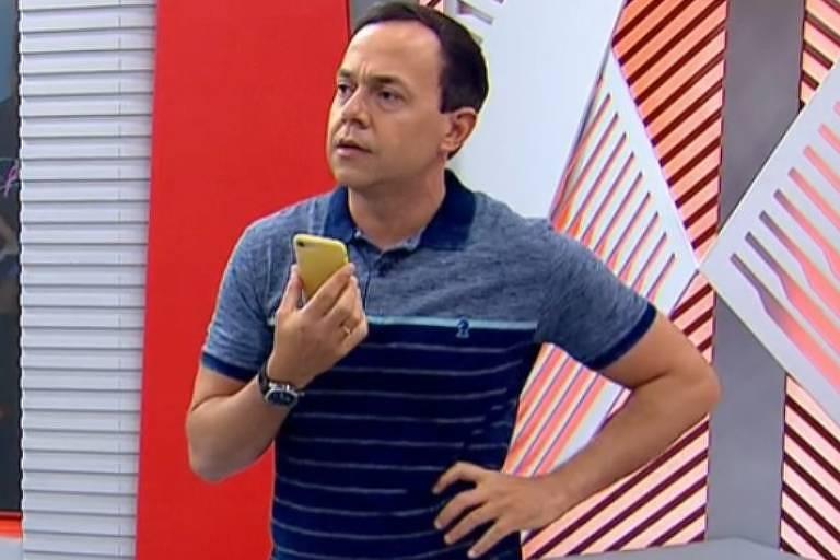 O apresentador Tiago Medeiros liga para a mãe ao vivo