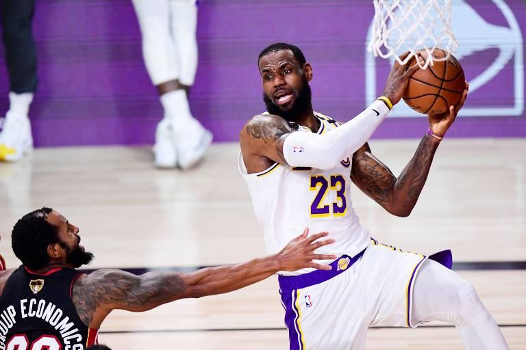 LeBron James procura companheiro para passar a bola em ataque dos Lakers