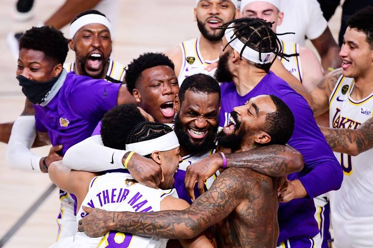 Jogadores do Los Angeles Lakers, com LeBron James ao centro, celebram conquista do título