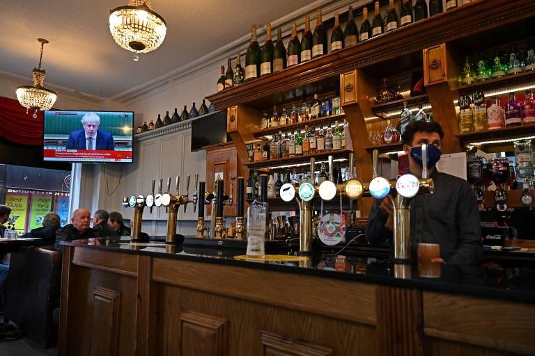Televisão em um pub de Liverpool, na Inglaterra, exibe anúncio do primeiro-ministro Boris Johnson sobre restrições devido à Covid-19