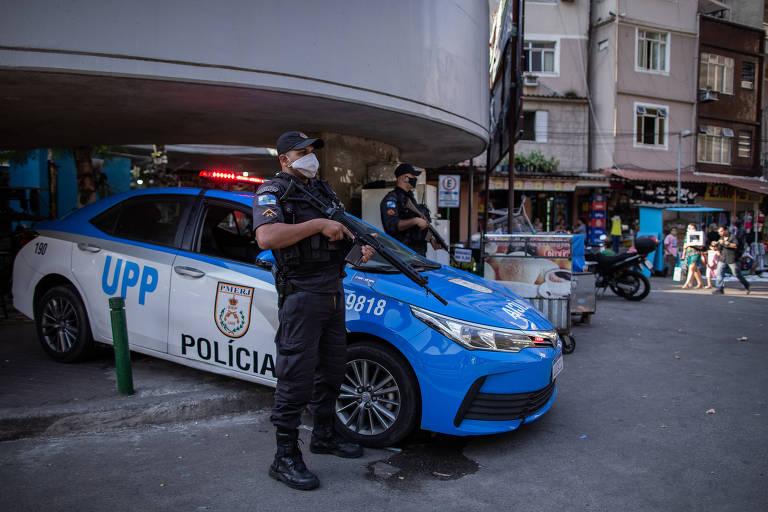 Policiais na entrada da favela da Rocinha em suas viaturas