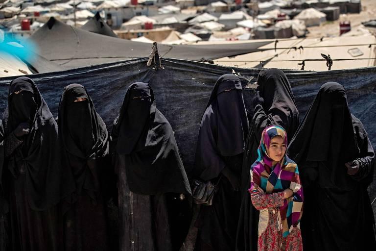 Mulheres em campo na Síria onde parentes de membros do Estado Islâmico estão detidos