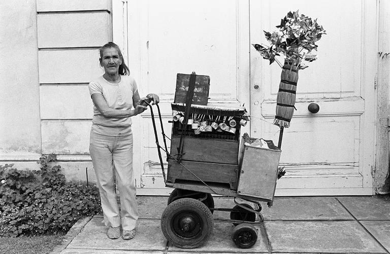 Mulher leva carrinho com objetos