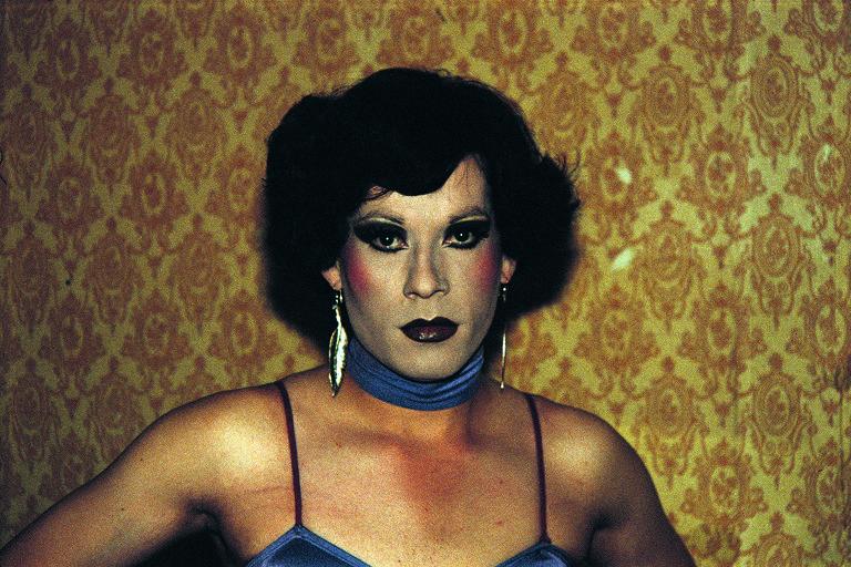 Mulher trans maquiada