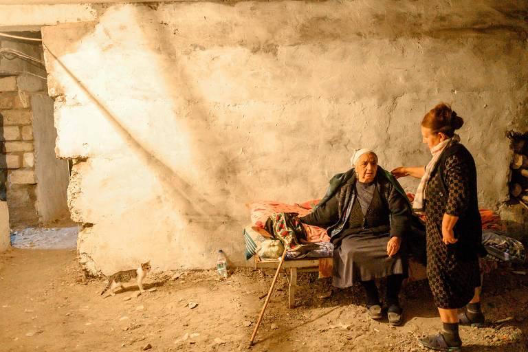 Moradoras de Terter, no Azerbaijão, se protegem de bombardeio na cidade em um porão
