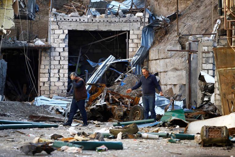 Moradores de Stepanakert, capital da Nagorno-Karabakh, entre escombros após ataque azeri