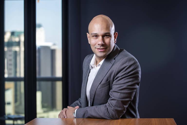 O presidente da startup de ecommerce Vtex, Rafael Forte, posa no escritório da empresa, na Faria Lima