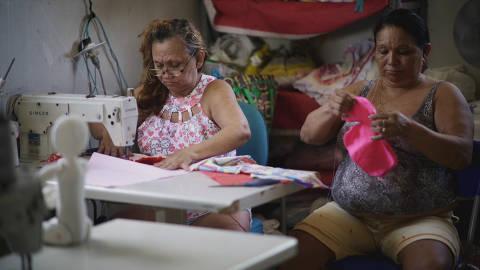 Integrantes da Cooperativa Social de Trabalho Arte Feminina Empreendedora em cena de 'Tecendo a Liberdade', documentário do Instituto Humanitas360
