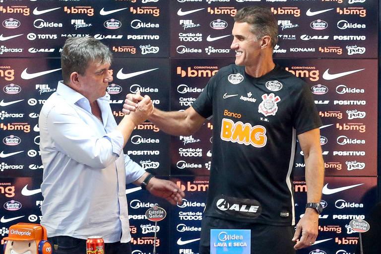 O presidente do Corinthians, Andrés Sanchez (à esq.) apresenta o novo técnico do clube, Vagner Mancini