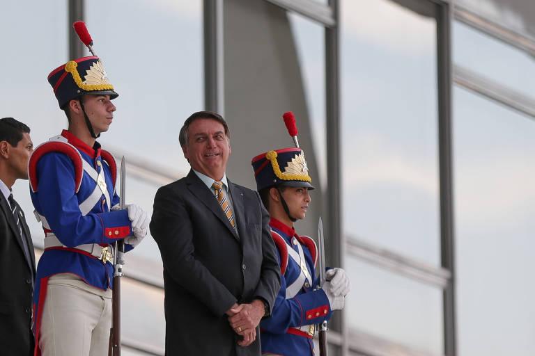 O presidente Jair Bolsonaro interage com apoiadores na rampa do Palácio do Planalto