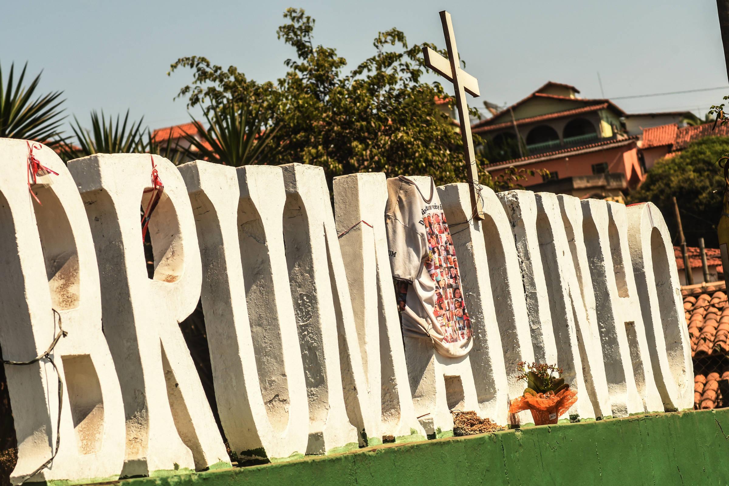 Cruz deixada em letreiro de Brumadinho dá o tom de clima mórbido da cidade mineira