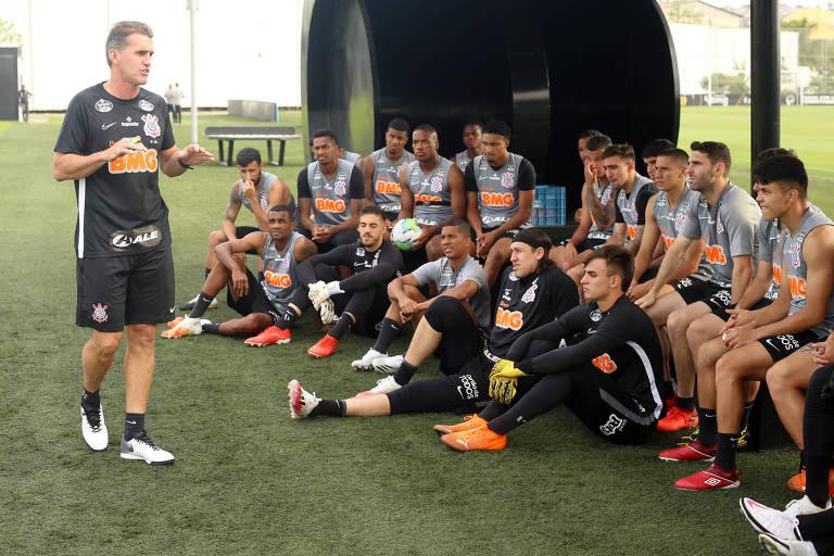 Vagner Mancini durante sua apresentação aos jogadores corintianos, no CT Dr. Joaquim Grava