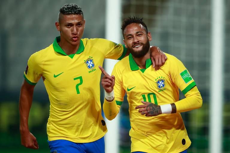 Richarlison e Neymar comemoram o primeiro gol do Brasil