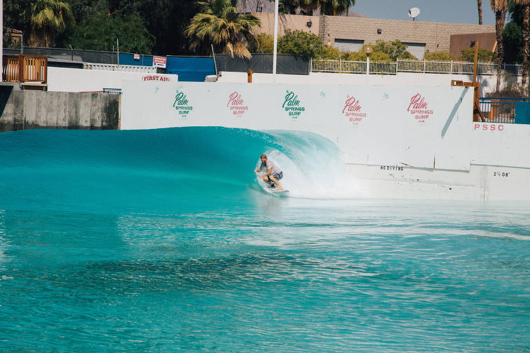 Surfista enfrenta ondas artificiais da piscina do resort Palm Springs Surf Club