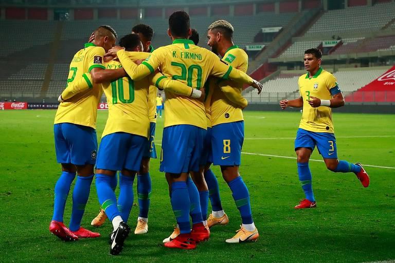 Jogadores do Brasil comemoram um dos gols na vitória por 4 a 2 sobre o Peru
