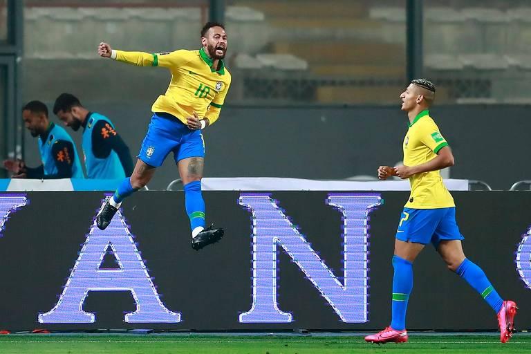 Neymar comemora ao lado de Richarlison um dos seus três gols na vitória por 4 a 2; ele se tornou o segundo maior artilheiro da história da seleção brasileira