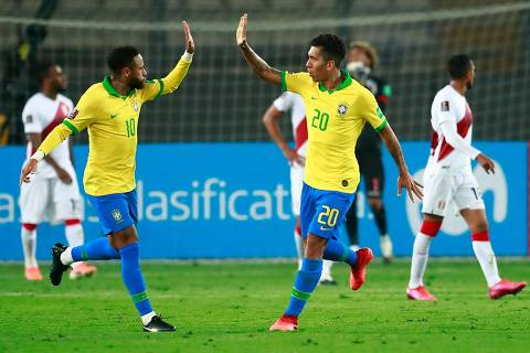 TOPSHOT - Brazil's Roberto Firmino (R) celebrates with teammate Neymar after teammate Richarlison (out of frame) pushed his header into the goal to score against Peru during their 2022 FIFA World Cup South American qualifier football match at the National Stadium in Lima, on October 13, 2020, amid the COVID-19 novel coronavirus pandemic. (Photo by Daniel APUY / POOL / AFP)