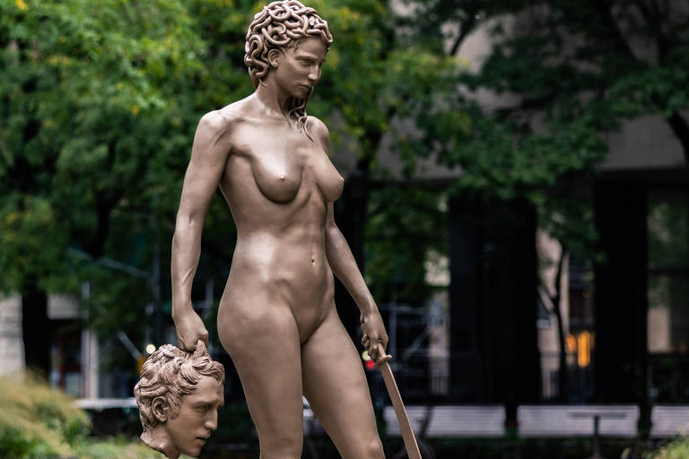 Estátua de Medusa pelada e sexy é abraçada e atacada pelo MeToo em Nova York
