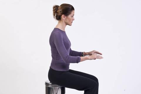 SÃO PAULO, SP, BRASIL, 28-06-2011, 17h52: Christina Ribeiro, educadora física e terapeuta corporal, mostra posturas corretas e erradas que as pessoas adotam no dia-a-dia. (Foto: Eduardo Knapp/Folhapress)