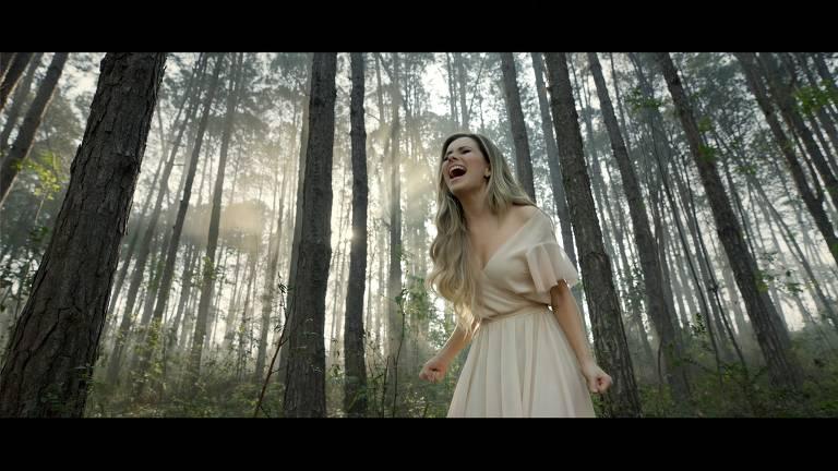 Sandy em cenas do clipe  do novo  disco  '10:39'