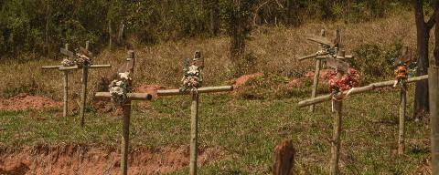 BRUMADINHO/ MINAS GERAIS / BRASIL - 07/09/20 - :00h - RAIO X SOBRE A COVID NAS REGIÃO SUDESTE E NORDESTE DO BRASIL  Cruzes em homenagem às vítimas que estavam na Pousada Nova Estância,  que foi soterrada pela lama vinda da barragem rompida na  região do Córrego do Feijão, matando 259 pessoas e 11 desaparecidos. ( Foto: Karime Xavier / Folhapress) . ***EXCLUSIVO***Especial - O Brasil das várias pandemias  #PraCegoVer cruzes de madeira com flores em terreno próximo ao local onde estava localizada a pousada.