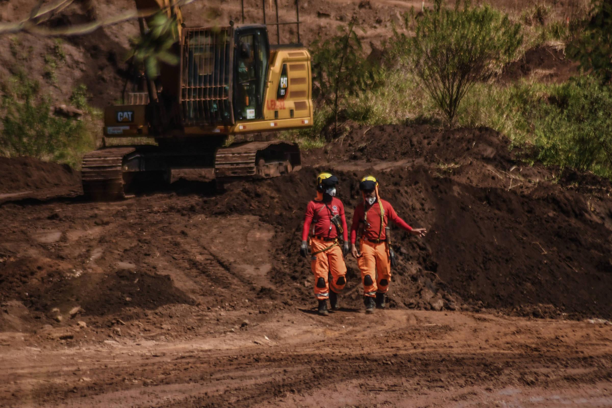 Bombeiros vasculham área em busca dos desaparecidos do rompimento da barragem da Vale, em Brumadinho (MG)