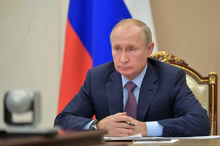 O presidente da Rússia, Vladimir Putin, participa de reunião por vídeo nos arredores de Moscou.