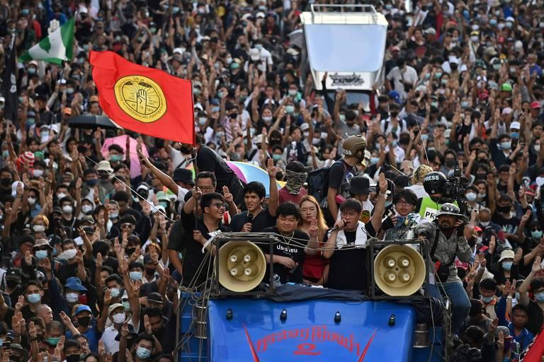 Manifestantes pró-democracia marcham até a Casa do Governo, em Bancoc